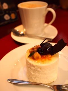 オレンジレアチーズケーキとカフェラテ