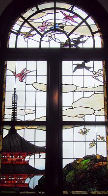 鳩山会館内のステンドグラス