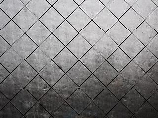 ガラス窓に叩き付ける雨