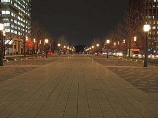 日没後の行幸通り中央車線