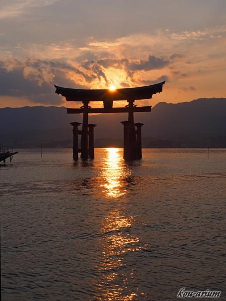 厳島神社の鳥居に沈む夕日