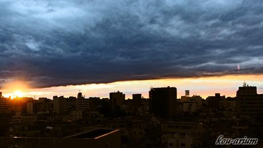 雲の切れ目からの夕焼け