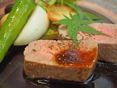 仔牛ロース肉のステーキ マデラ酒のソース