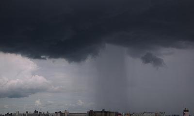 雨雲から降る雨