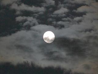 月にかかる雲