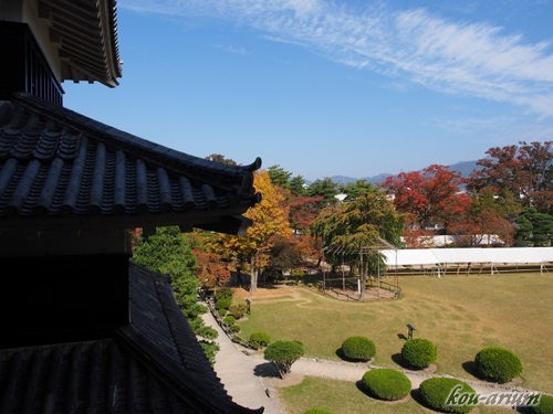 松本城内から本丸庭園内の眺め
