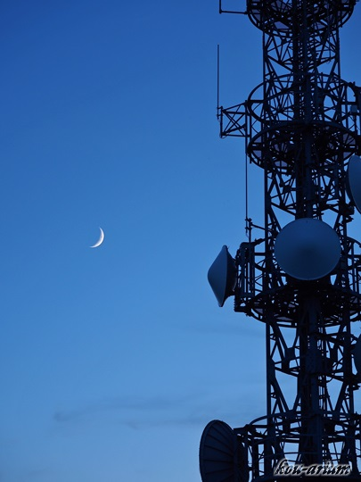 藻岩山電波塔と月