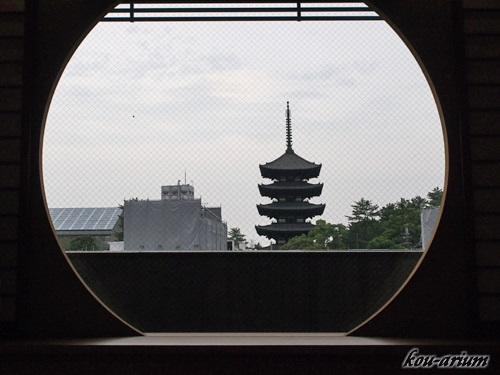 飛鳥荘和室丸窓からの眺め
